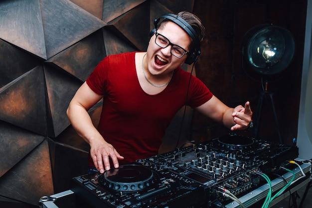 Positivo giovane dj al mixer