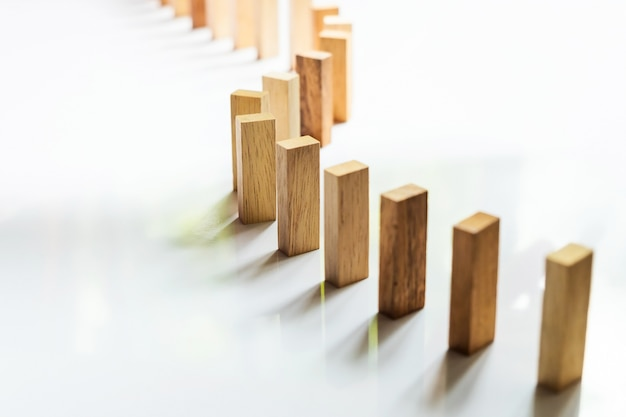 Posiziona una linea di blocchi di legno