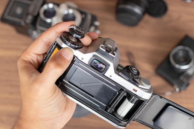Posizionamento di un rotolo fotografico in una fotocamera