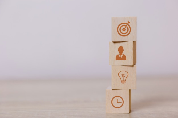 Posizionare i blocchi di legno concetto di servizio del business per il successo pianificazione della strategia aziendale per commercializzare la vittoria.