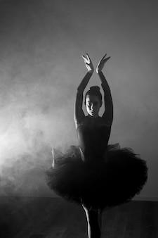 Posizione di balletto in scala di grigi vista frontale