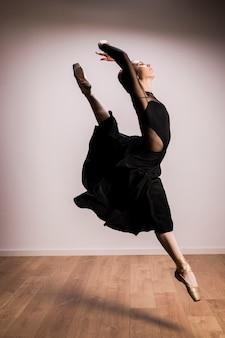 Posizione di salto della ballerina di vista laterale