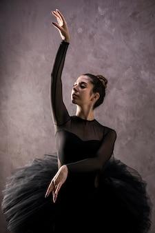 Posizione femminile della ballerina di vista frontale