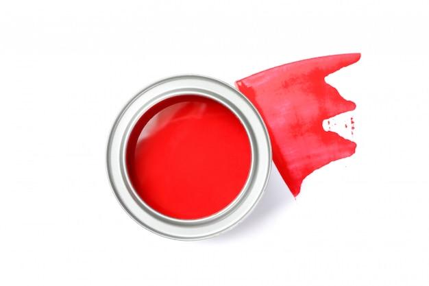 Possibile di vernice rossa e tratto isolato su superficie bianca