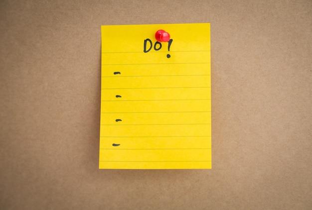 Post-it giallo con un elenco stabilito