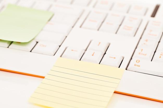 Post-note su una tastiera