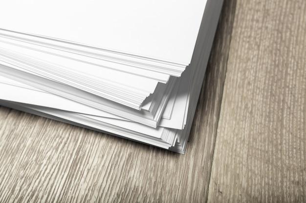 Poster bianco su legno per sostituire il tuo design