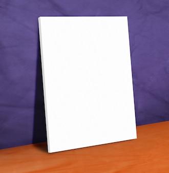 Poster di carta bianca vuota sulla parete in pelle viola e pavimento arancione
