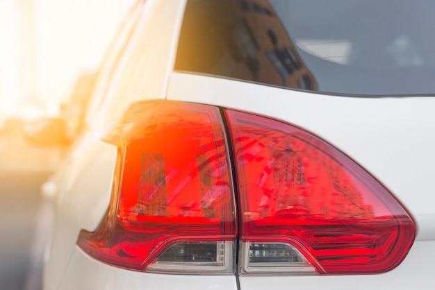 Posteriore della macchina bianca con luce posteriore rossa