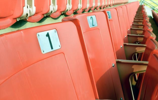 Posti a sedere rossi vuoti nello stadio sportivo