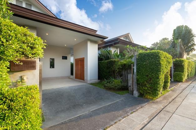 Posto auto coperto di casa moderna e di lusso