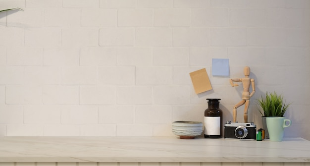 Posto di lavoro alla moda minimo con il fondo bianco del muro di mattoni