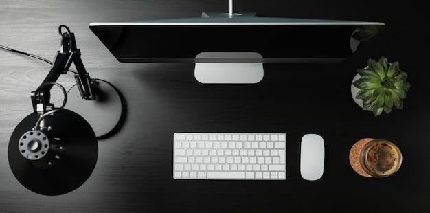 Posto di lavoro. computer, tazza di caffè e pianta sulla tavola di legno, vista superiore