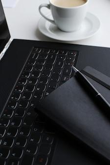 Posto di lavoro con computer e tazza di caffè
