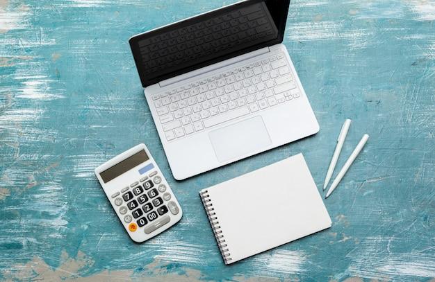 Posto di lavoro con computer portatile notebook