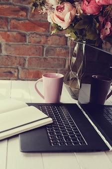 Posto di lavoro con laptop e tazza di caffè