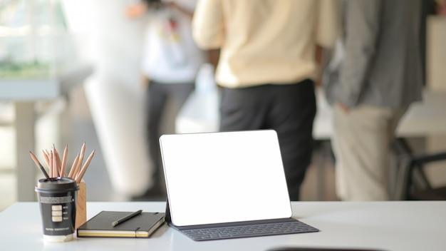 Posto di lavoro con laptop, forniture per ufficio e caffè.