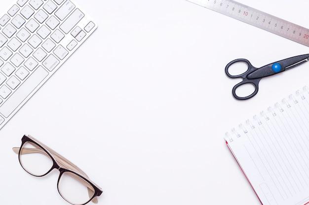 Posto di lavoro con tastiera e materiali di consumo