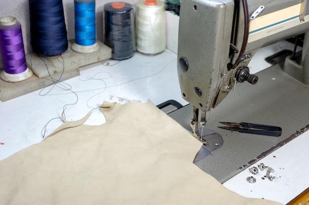 Posto di lavoro del calzolaio con pelle cucita