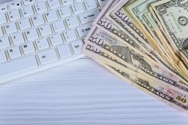Posto di lavoro del commerciante. il tavolo coperto da note di cassa, tastiera e grafici finanziari