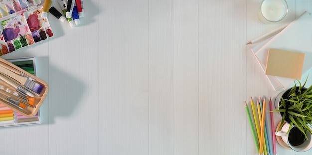 Posto di lavoro dell'artista sulla tavola di legno bianca