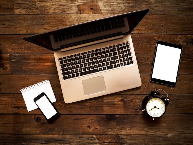Posto di lavoro in ufficio. strumenti e oggetti aziendali