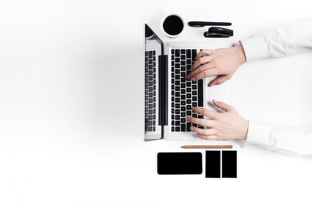 Posto di lavoro in ufficio. tecnologia.