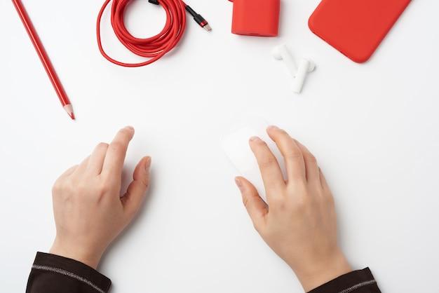 Posto di lavoro libero professionista, mouse wireless bianco e smartphone rosso