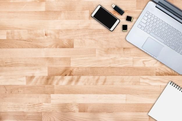 Posto di lavoro moderno che lavora dall'home office. spazio di lavoro. scrivania freelance.