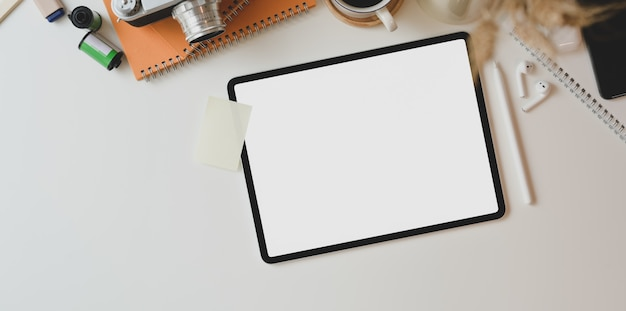 Posto di lavoro motivato del fotografo con la compressa dello schermo in bianco
