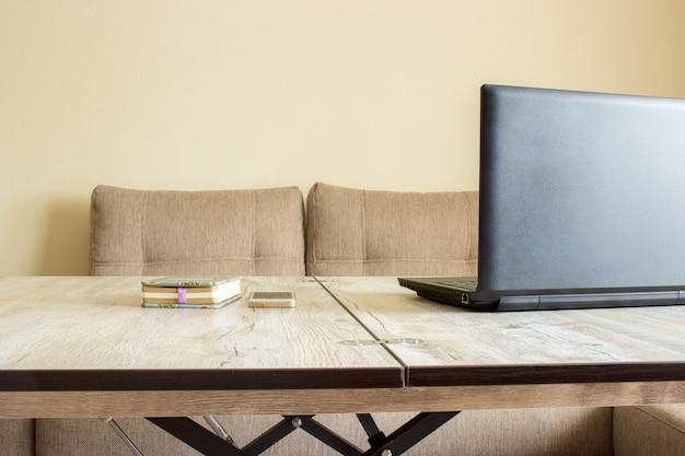 Posto di lavoro, scrivania, laptop, telefono, notebook