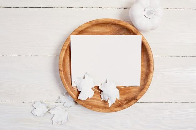 Posto in legno con foglio di carta bianco.