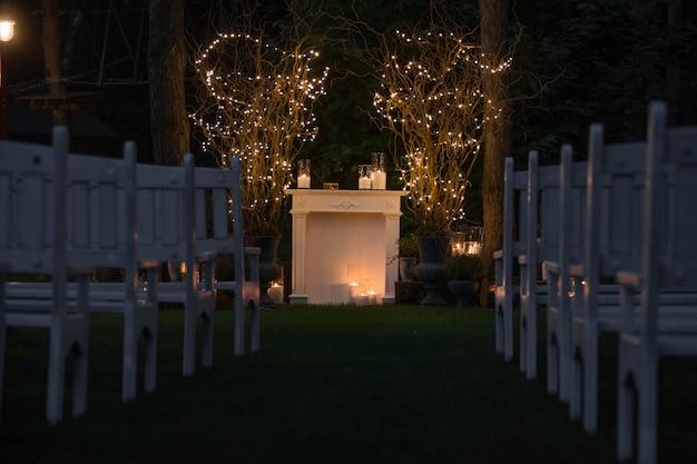 Posto per l'altare di nozze in camino e candele accoglienti