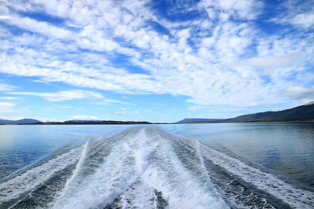 Potente acqua schiumogena a poppa della nave da crociera crociera canale beagle, ushuaia, argentina