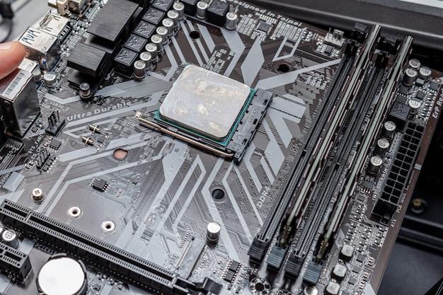 Potente cpu con grasso termico applicato su un personal computer. il processo di manutenzione del computer aggiorna l'installazione del pc di assemblaggio in un servizio.