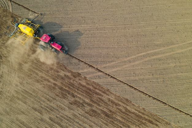 Pov del fuco del cereale di semina del trattore nel campo, vista aerea di attività agricola