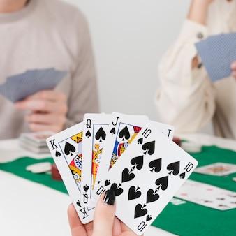 Pov giocando a poker con gli amici