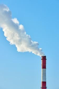 Povero ambiente in città. disastro ambientale. emissioni nocive nell'ambiente. fumo e smog. inquinamento dell'atmosfera da parte della fabbrica di piante. gas di scarico