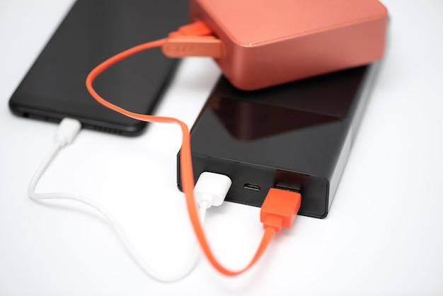 Power bank, altoparlante bluetooth e smartphone.
