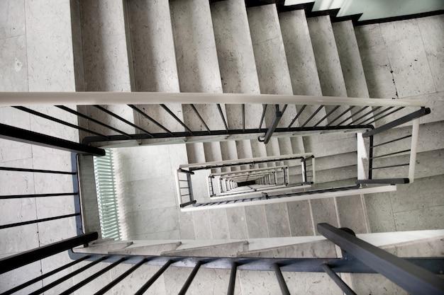 Pozzo delle scale all'interno di un vecchio edificio