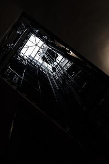 Pozzo di un ascensore sparato dal basso