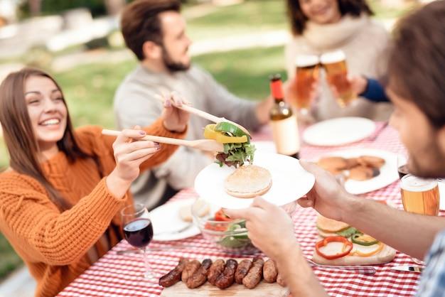 Ppeople si è riunito per un barbecue.