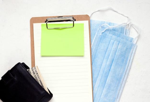 Ppp loan salary protection program concept. portafoglio con soldi su un modulo vuoto.