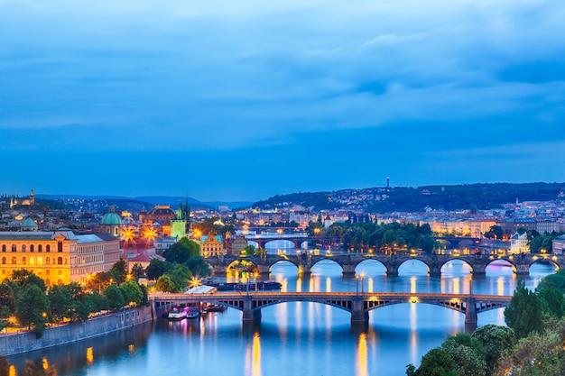 Praga all'ora blu crepuscolare, vista dei ponti sulla moldava