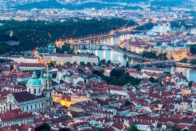 Praga all'ora blu crepuscolare, vista del castello di praga e della cattedrale di san vito in repubblica ceca