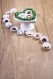 Praline al cioccolato su legno, spazio testo