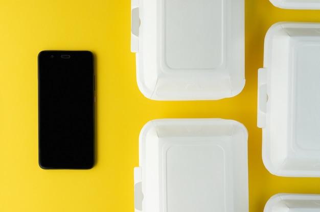 Pranzi dietetici pronti nel concetto delle scatole di pranzo del papet