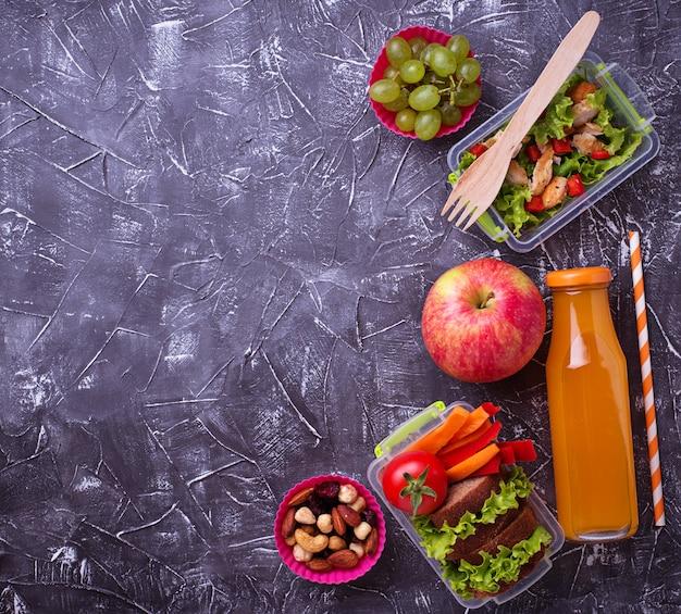 Pranzo a scuola insalata, panini, frutta e noci