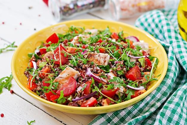 Pranzo con insalata e pollo alla griglia e quinoa, pomodoro, peperoni, cipolle rosse