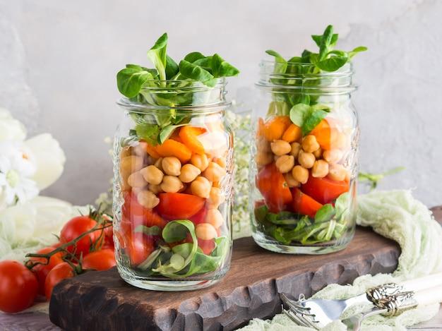 Pranzo con insalata fresca servito in barattoli di muratore